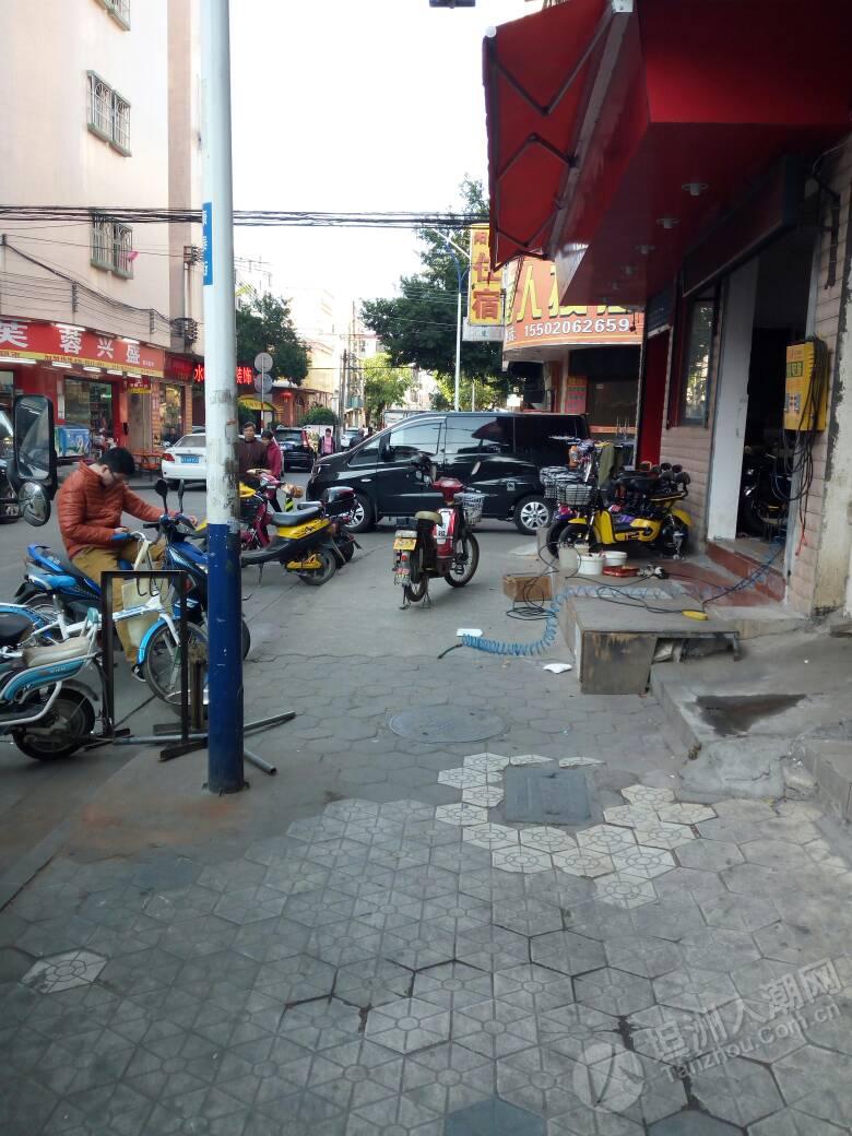 坦洲网友再报料,界狮南路晚上车辆违停非常多