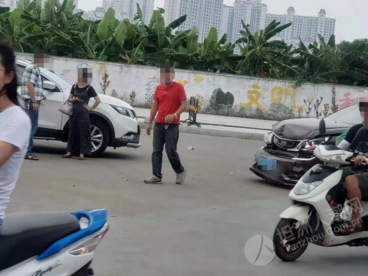 坦洲医院路口发生交通事故,气囊都弹出来了!
