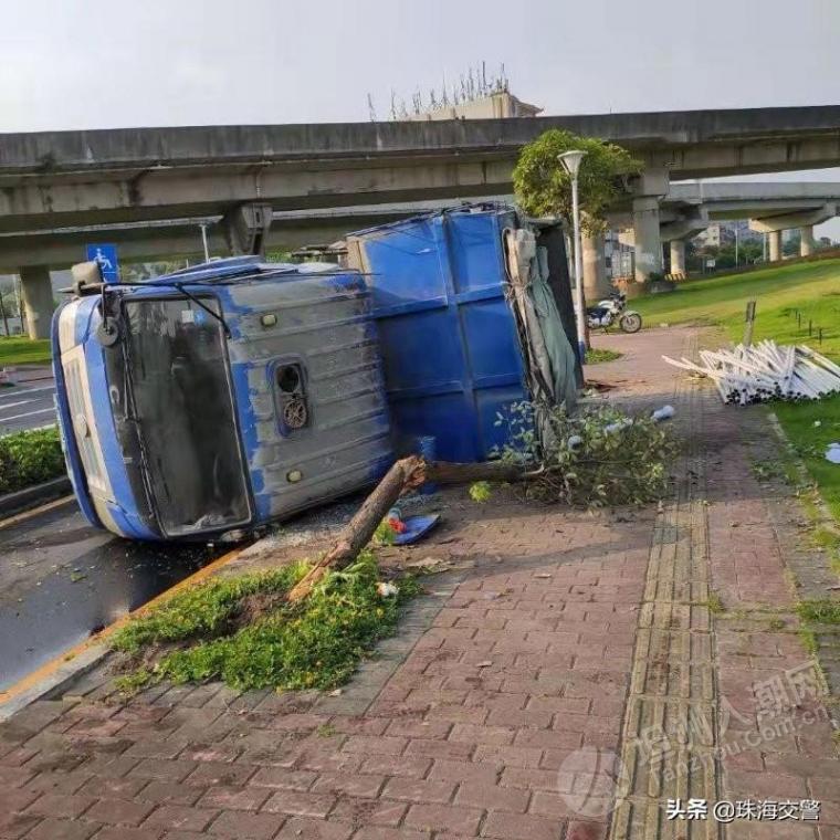坦洲出发货车南屏侧翻 压断两棵树,幸好没砸到人!