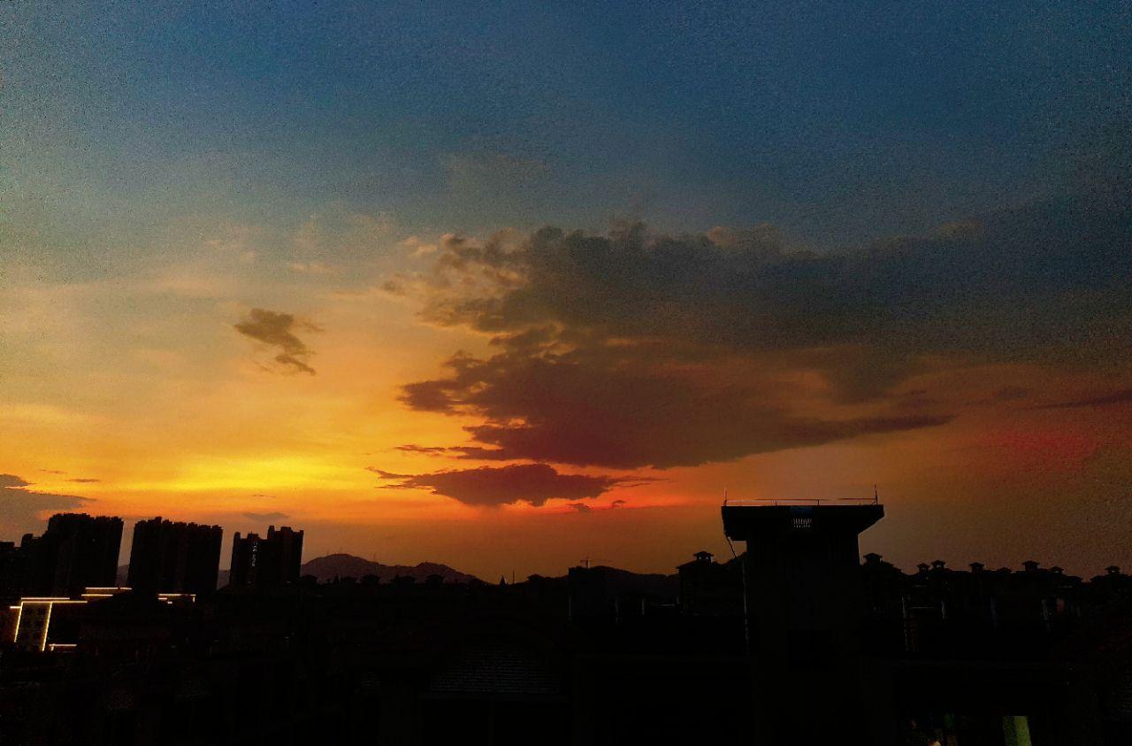今晚的晚霞出現噴火怪