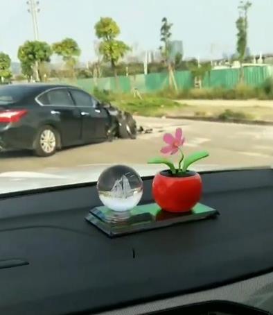 坦洲环洲南路发生交通事故,一小车车头有损毁