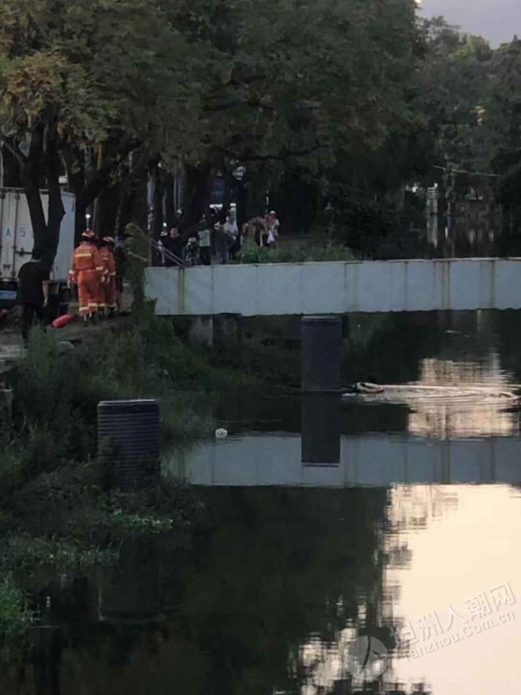 有人跳河?消防员在坦洲村府旁的河涌救援中