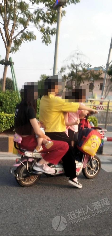 危险!坦洲网友发现两轮电动车载了5个人,堪比小车