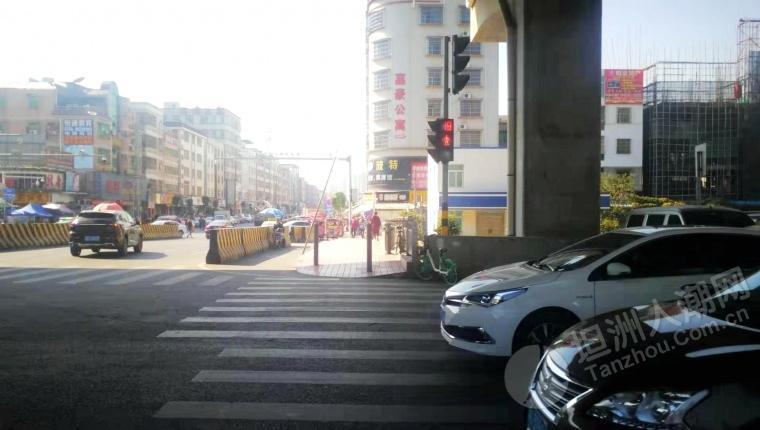 宝翠桥红绿灯已经开启,路两边开始植树,路口小商贩依然堵道卖货。
