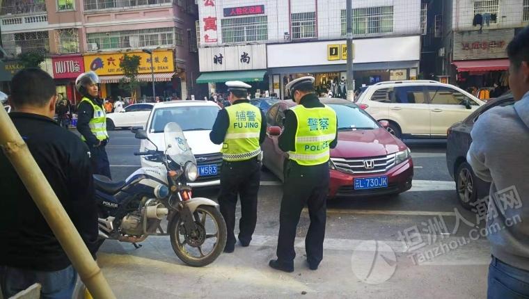 今天下午交警给在网髻路乱停车再次开罚单