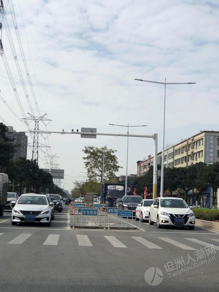 因施工一知万路口封了一条车道,请注意行驶!