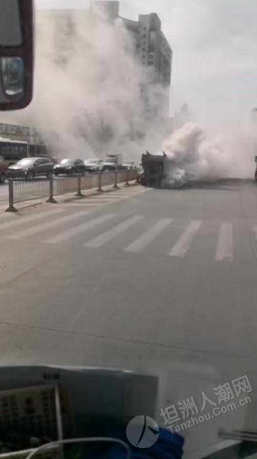 什么情况?坦洲金山城红绿灯位置有车辆狂冒白烟