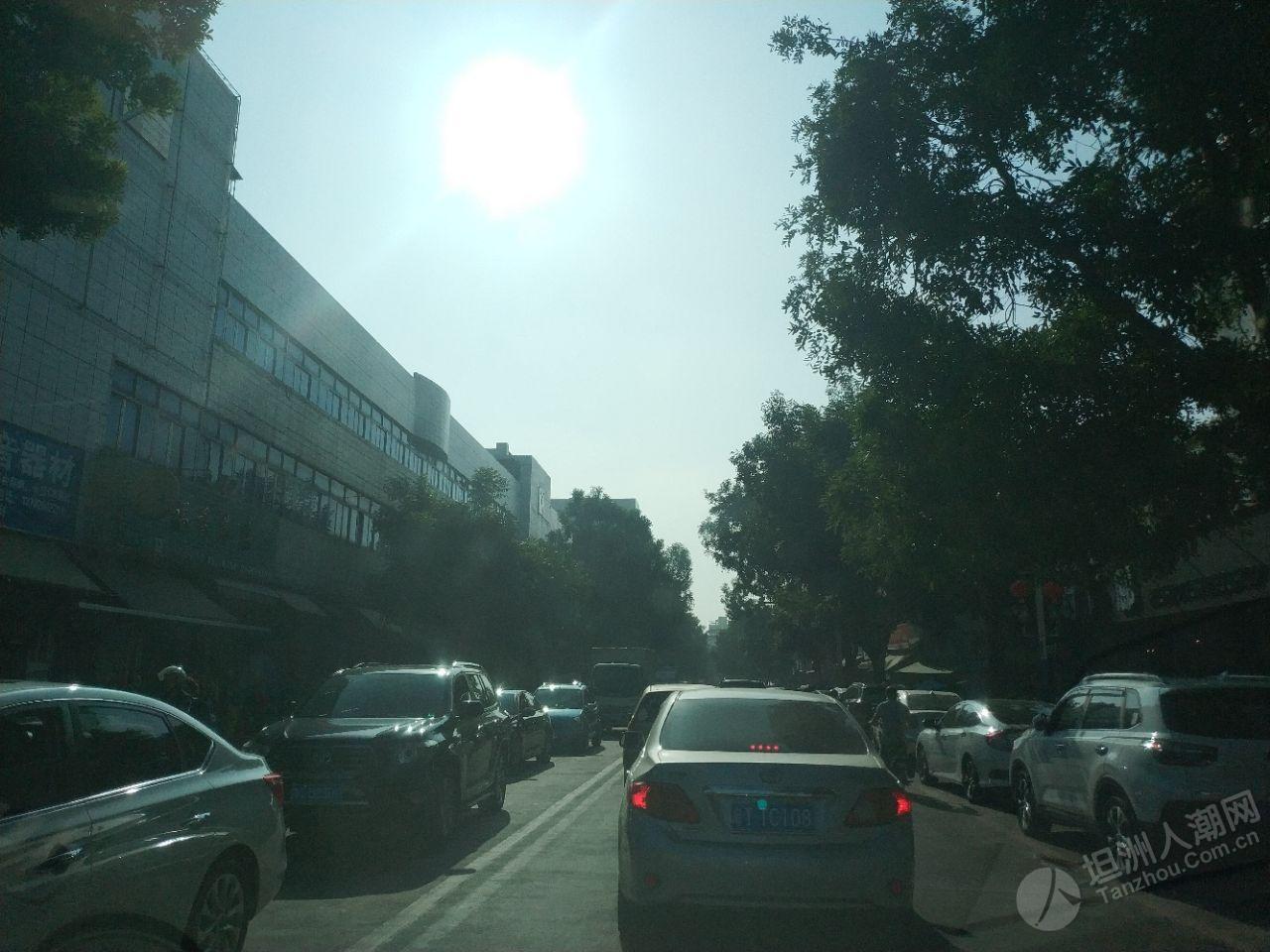 坦洲市场交通繁忙,双交警指挥