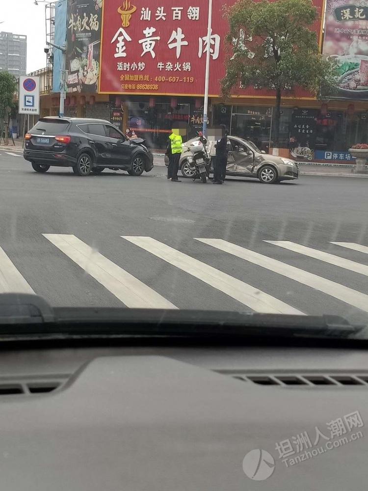 坦洲这个路口又又又撞上了!一小车侧面凹了一大片