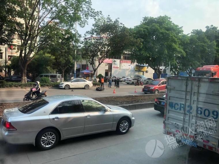 头盔飞脱!中珠城对开路段发生交通事故