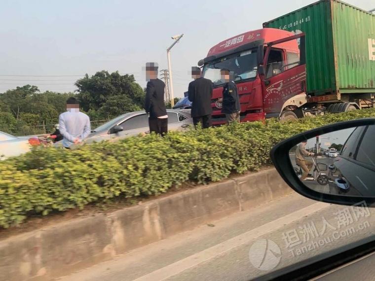 因交通事故,裕洲红绿灯附近大堵车中