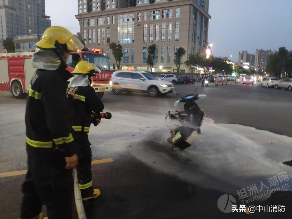 坦洲一电动车路中间突然起火!