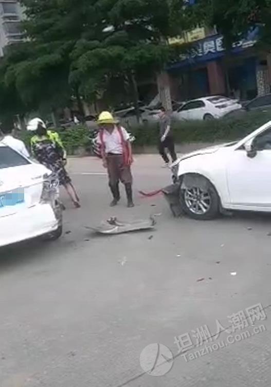 坦洲怡乐园附近发生交通事故,一小车车头损毁严重
