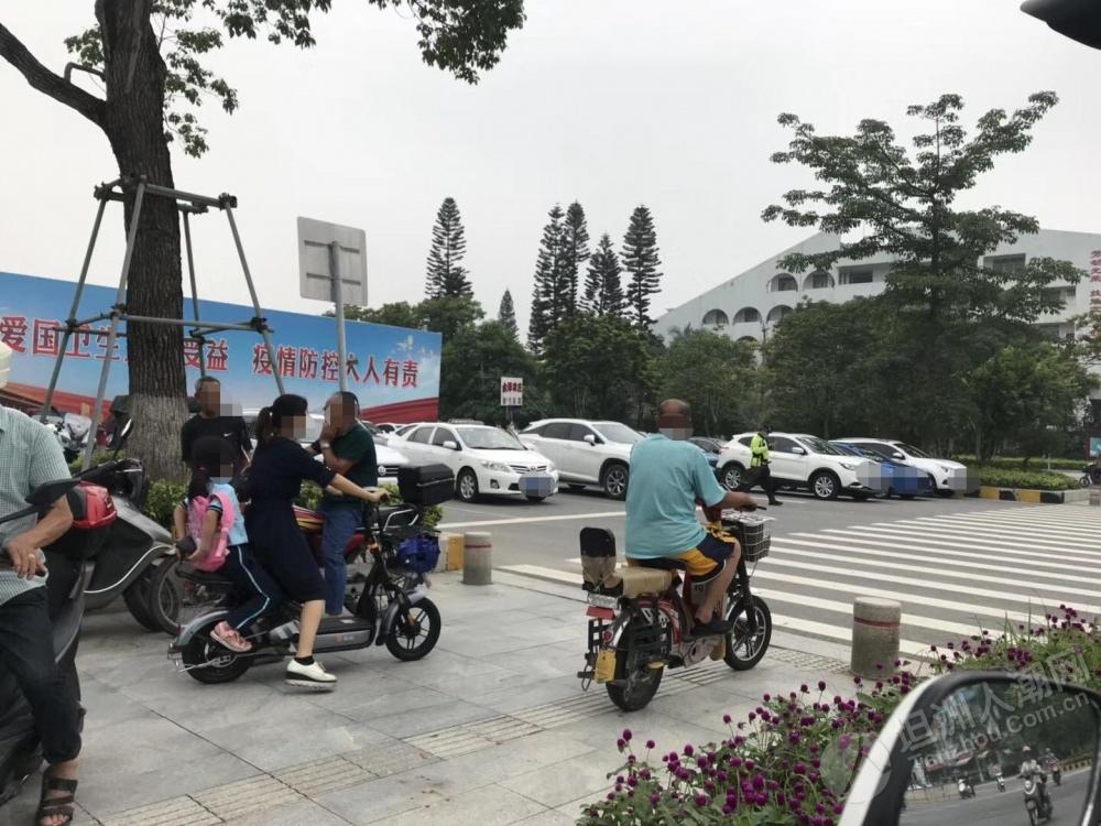 """林东小学放学家长小车乱停放,每台一张""""牛肉干"""""""