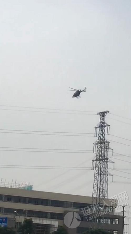 有台直升机在坦洲上空慢速飞行
