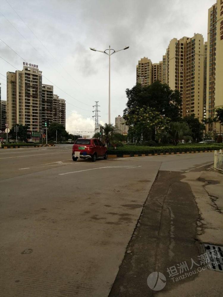 这车居然还在坦洲万科路口,真的不怕别人撞到他...