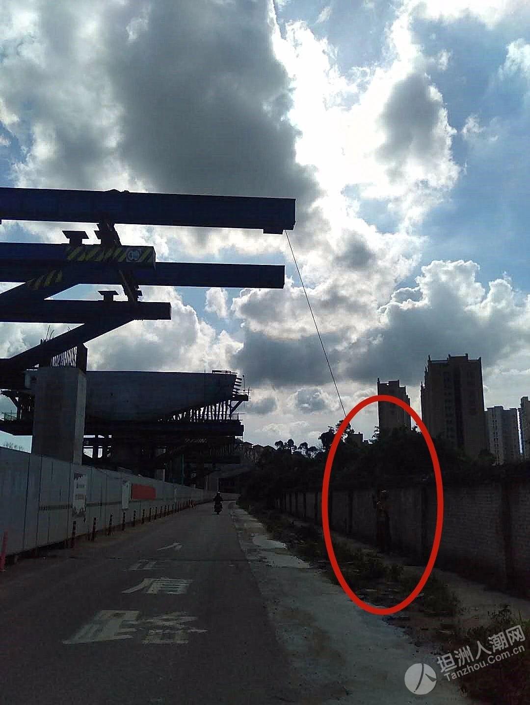 危机四伏!三乡坦洲快线施工路段,一条钢筋从天而降直接插进路过小车前挡风玻璃?