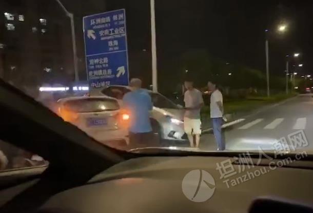 凌晨时分坦洲这个路口两台车相撞!一台撞至花基上