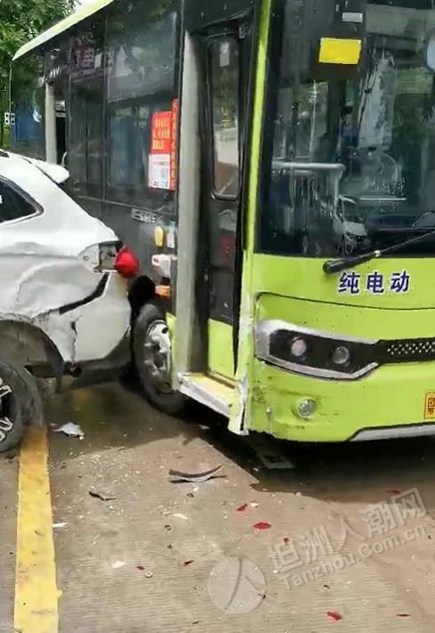 突发!坦洲第一工业区一路口发生车祸,撞得都几严重...