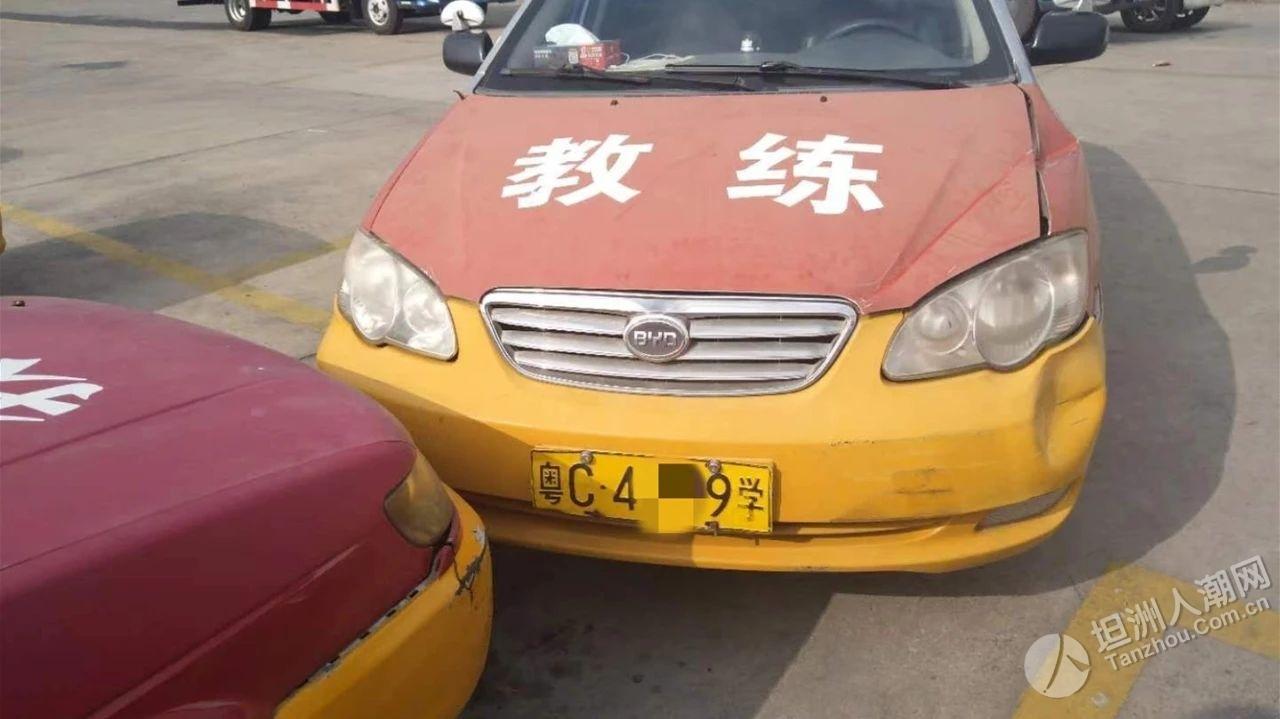 前山女学员刚学会倒车入库,就在驾校连撞两车!副驾教练当场……