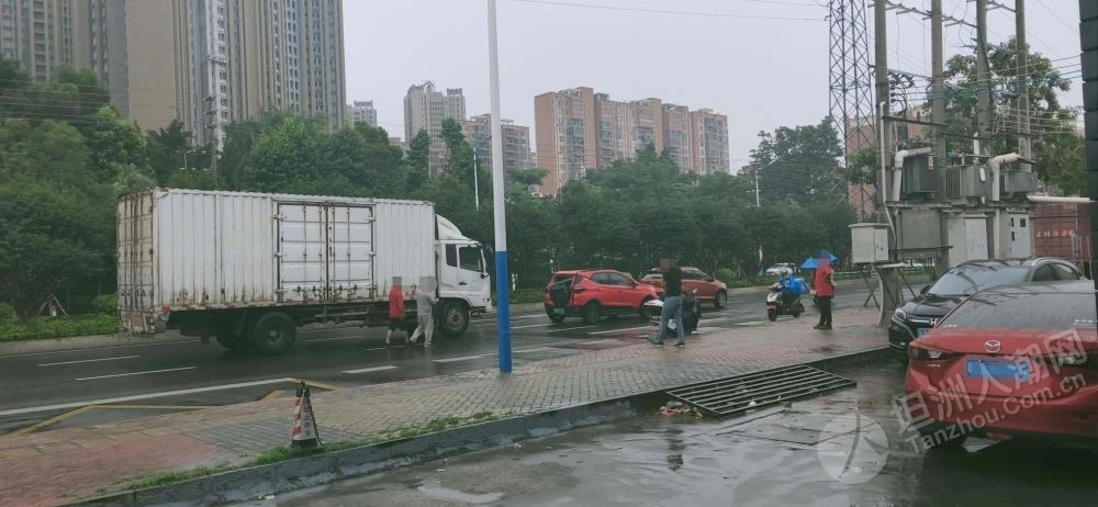 天雨路滑小心驾驶!坦洲有货车与小车发生碰撞