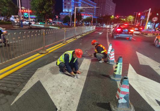 汇昌路口红绿灯与地上车道指示不一致,让人迷惑