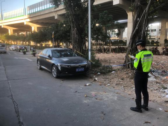 网友投诉:坦洲十四村一马路边连拐弯处都停满车,影响交通出行