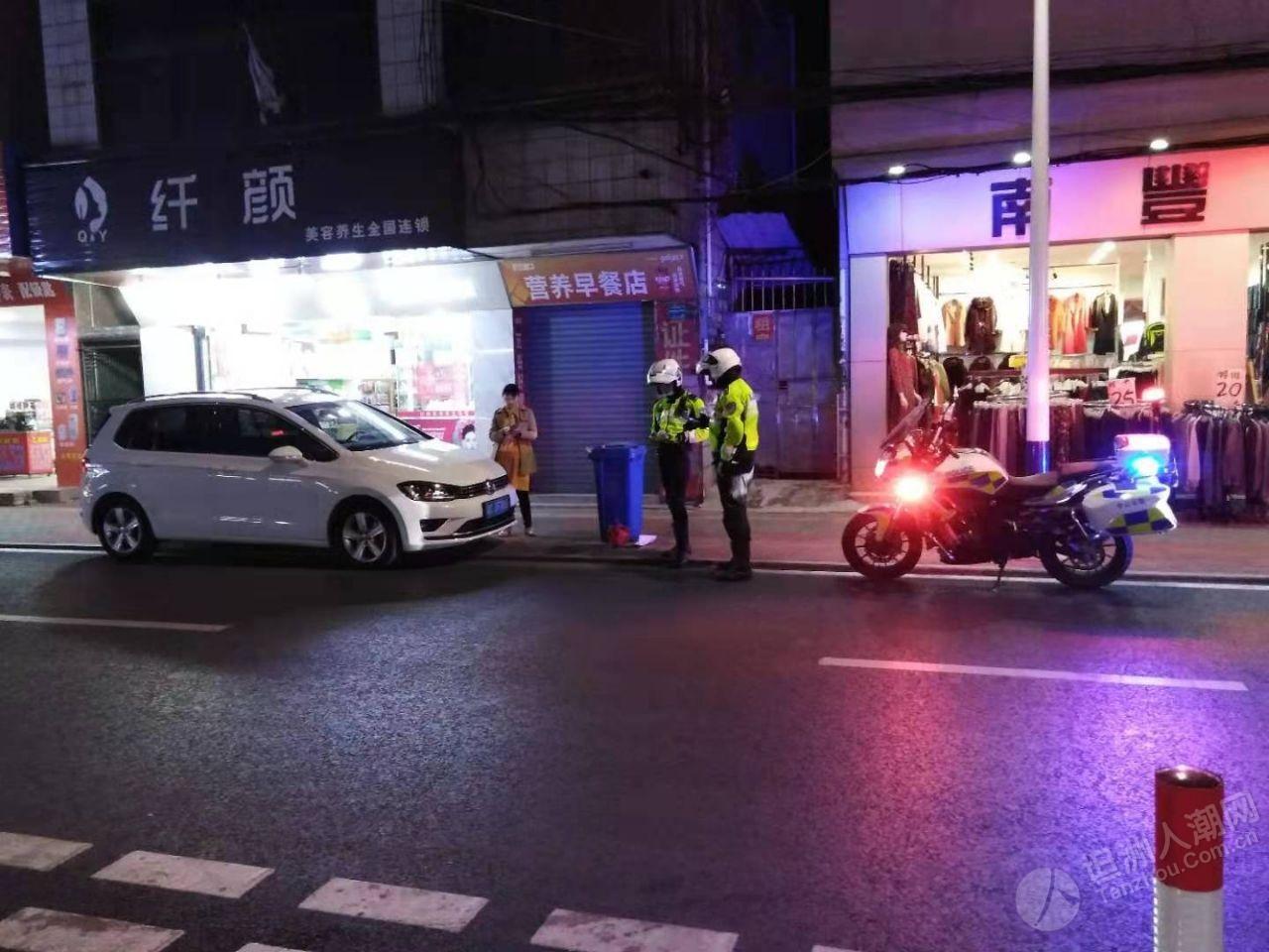 坦洲铁骑队员对违停车辆严格执法 !