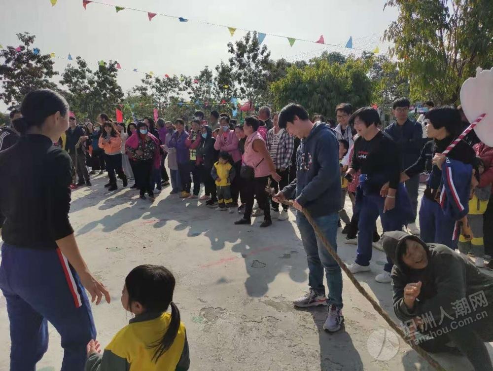 群联幼儿园亲子运动会拔河拔断了两条绳子