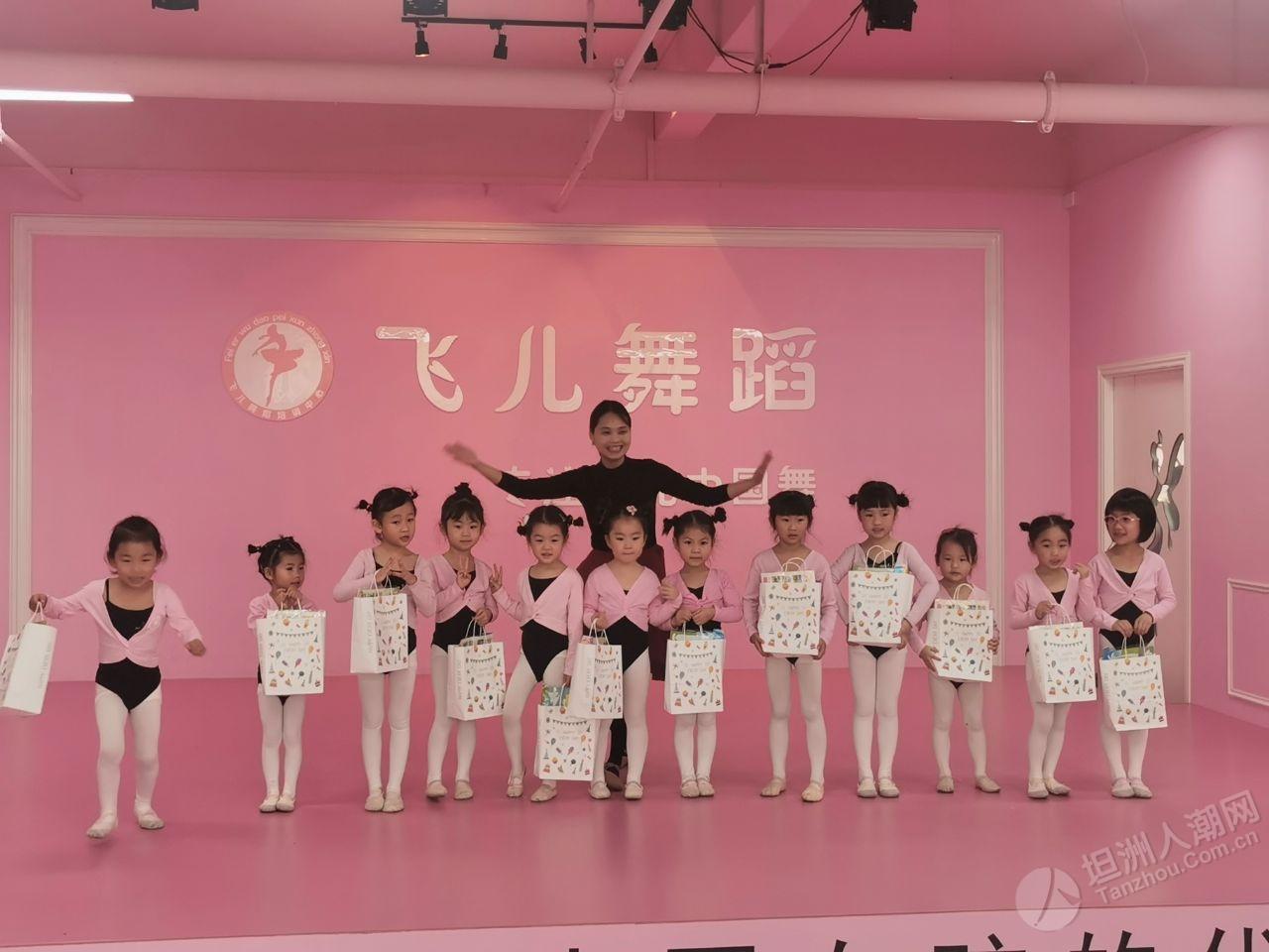 女儿的舞蹈班放假了