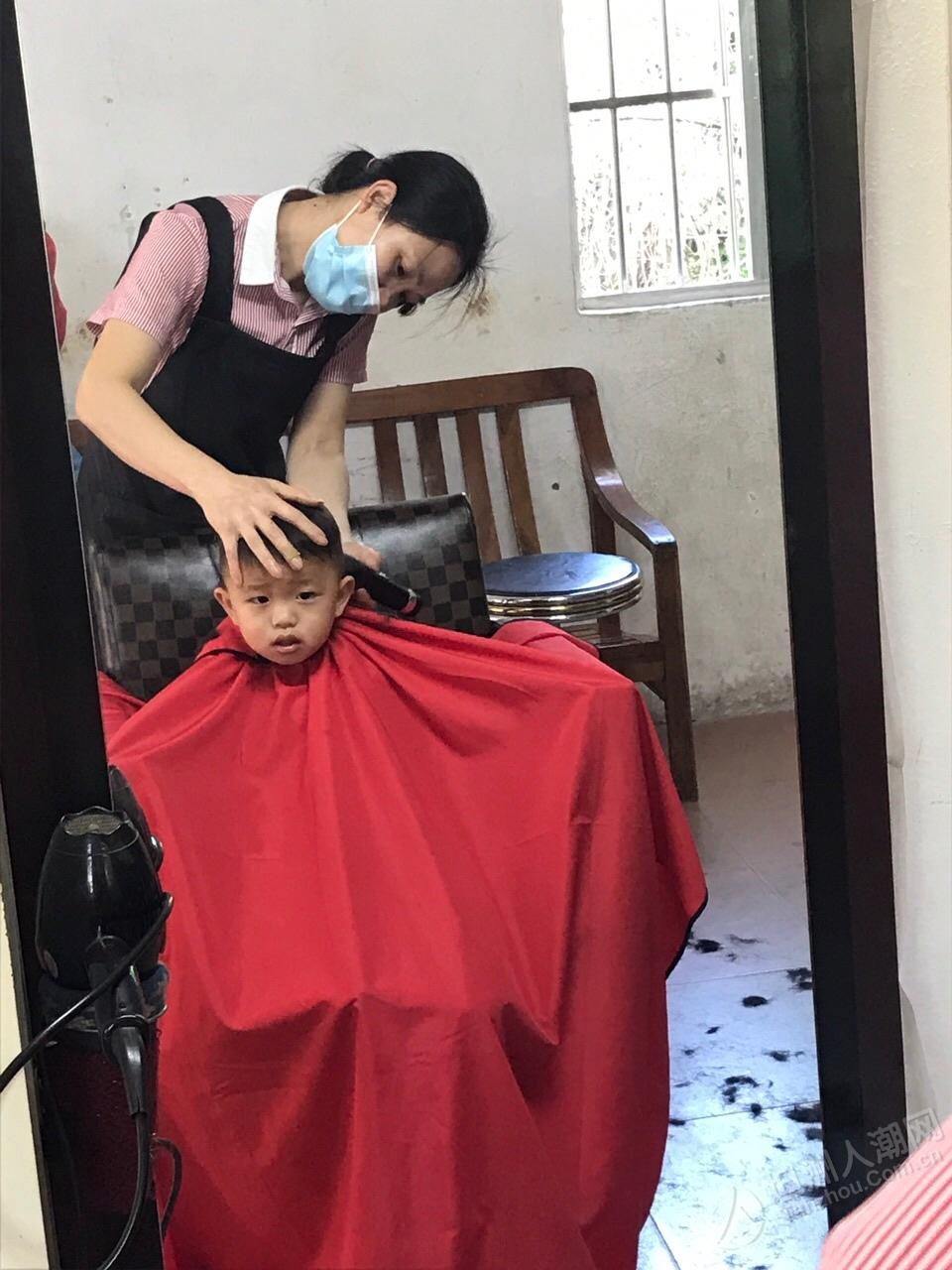 我家哥哥就是厉害,你家小孩剪头发会哭吗?