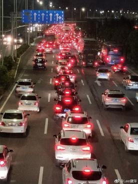 夜幕下的坦洲路口